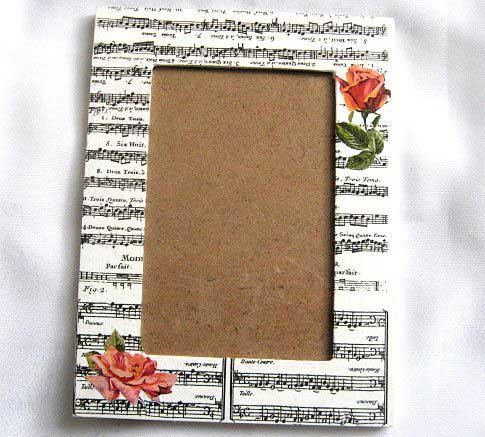 Trandafiri rosii pe fundal portativ muzical, rama fotografie 27536