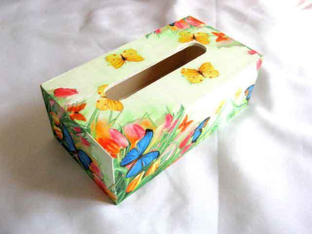 Cutie de lemn cu flori si fluturi in culori pastelate, cutie de servetele 29497