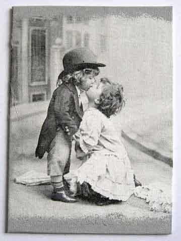 Doi copii care se pupa, tablou alb negru, tablou pe panza handmade 28075