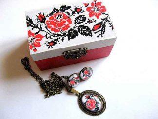 Set trandafiri rosii, set femei cutie, cercei, colier si pandantiv 29427