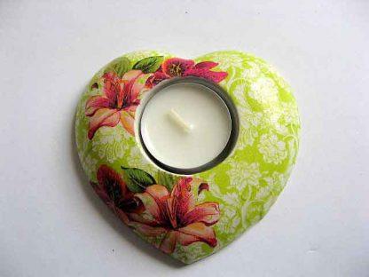 Crini rosii, fundal vernil cu flori stilizate, suport lumanare in forma de inima 21718