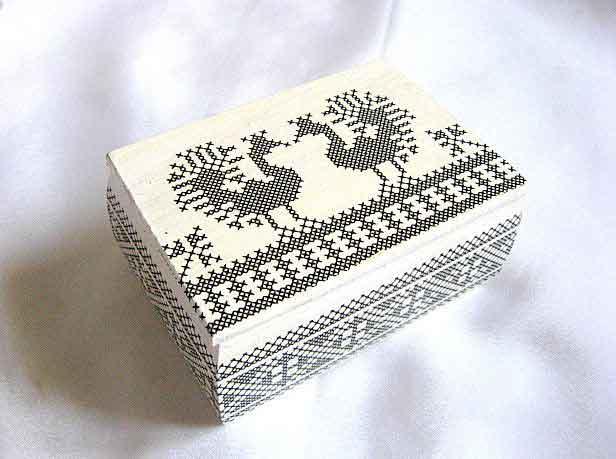 Cutie pasari stilizate negru pe fundal alb, cutie de lemn cu motiv traditional 29327