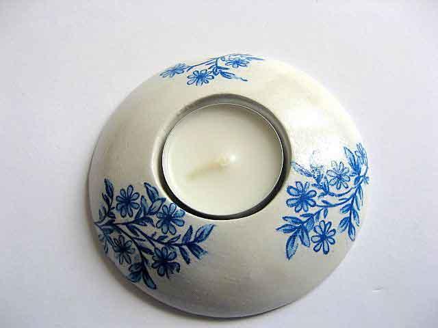 Flori stilizate albastre pe fundal alb, suport lumanare ipsos si lumanare 21711