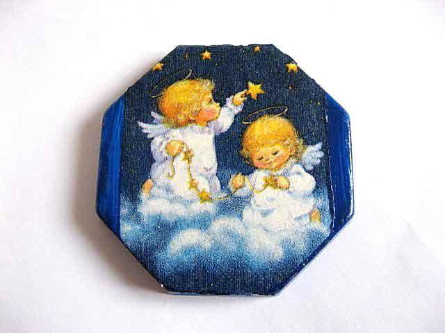 Ingeri de copii blonzi pe nori, sus la stele, magnet hexagonal frigider 17834