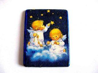 Magnet dreptunghiular cu copii blonzi ingeri pe nori langa stele, magnet frigider 17835