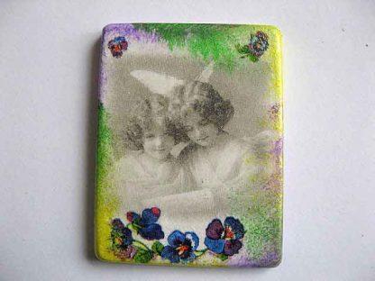 Magnet imagine copii alb negru si elemente florale colorate, magnet ipsos frigider 24384