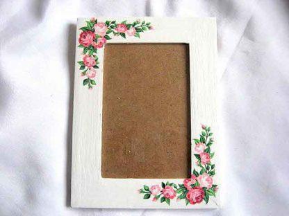 Rama cu buchete de trandafiri rosii si roz, rama de lemn cu model floral 26680