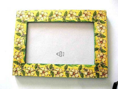 Rama cu flori de culoare galben deschis pe fundal galben, rama foto lemn 11679