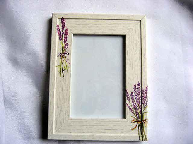 Rama cu flori de levantica pe fundal de lemn natur, rama fotografie din lemn 24622
