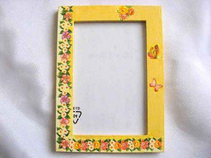 Rama cu flori si fluturi pe fundal galben, rama foto din lemn 25943