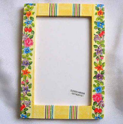 Rama cu modele florale linii paralele pe fundal galben, rama foto din lemn 25945