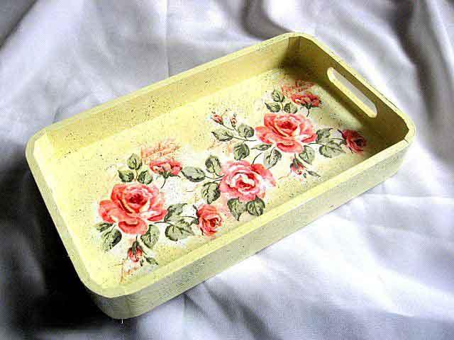 Tava cu trandafiri rosii pe fundal galben, tava de lemn pentru servit masa 29633