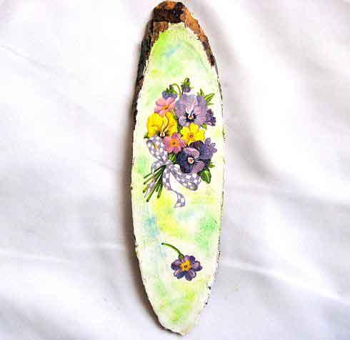 Buchet flori mov, violet si galben pe trunchi de copac, tablou pe lemn 29669