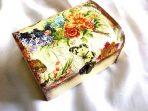 Cutie din lemn cu flori viu colorate si fluture, cutie lemn decorata 29706