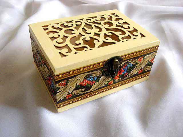 Cutie lemn cu model floral ornamental pe lateral, cutie lemn decorata 29709