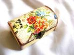 Cutie lemn stil cufar cu model floral si fluture, cutie din lemn decorata 29705