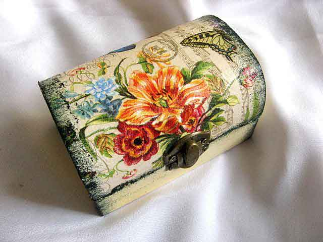 Flori culori vii, fluture galben cu negru si partitura muzicala, cutie lemn 29707