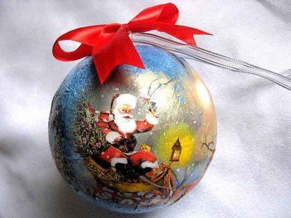 Glob cu Mos Craciun care aduce daruri cu sania, glob brad sarbatori iarna 29890