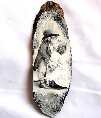 Tablou pe lemn copii pupandu-se, imagine alb negru, tablou trunchi copac 29698