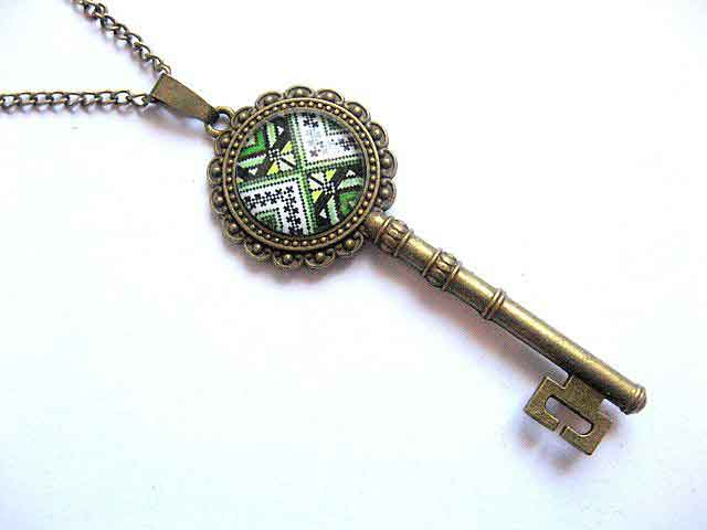 Bijuterie pandantiv cheie cu motiv traditional, cadou bijuterie cheie 30104