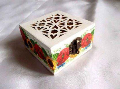 Cutie cu inimioare si model floral, cadou cutie lemn model 31905