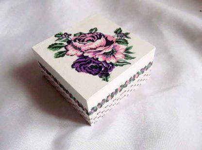 Cutie patrata cu model floral - flori roz si mov, cutie model 31929