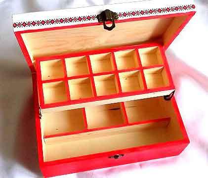 Cutie compartimentata cu motive traditionale, cutie lemn 32264 poza 2