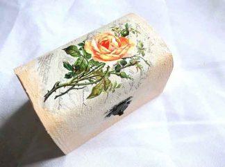 Cutie cu trandafiri galbeni infloriti si imbobociti, cutie de lemn 32670