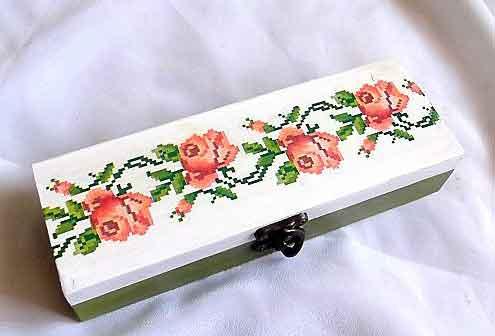 Cutie lemn cu trandafiri, cutie cu motiv traditional 32206