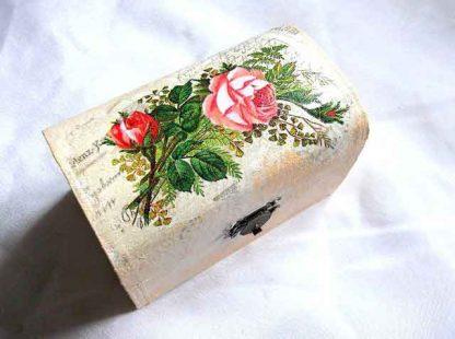 Buchet flori, trandafiri infloriti si imbobociti, cutie lemn 32673