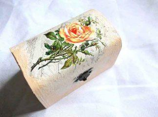 Buchet trandafiri galbeni pe fundal carte postala, cutie lemn 32670
