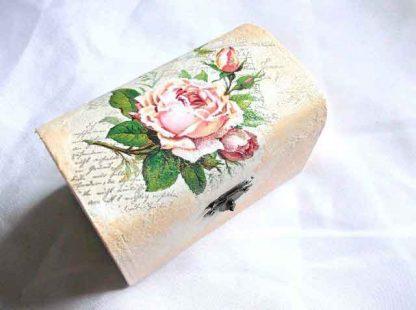 Buchet trandafiri roz pe fundal carte postala, cutie lemn 32671