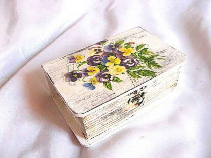 Flori mov, galbene si albastre pe fundal vintage, cutie lemn 25064