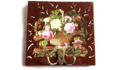 Cuier lemn cu cos cu flori pe fundal maro, cuier de lemn 32117