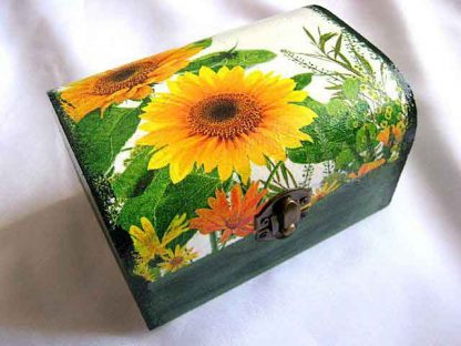 Cutie cu floarea soarelui, verdeata si alte elemente florale, cutie lemn 27813