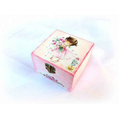 Cutie fata cu buchet in brate si soricel cu floare pe cadou, cutie lemn 123528