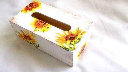 Cutie servetele floarea soarelui pe fundal alb si lemn natur, cutie servetele lemn 32001