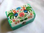 Motiv traditional cu flori stilizate si cocosi, cutie lemn bijuterii 27280