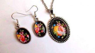 Set cu elemente florale pe fundal negru, set colier, pandantiv si cercei 32053