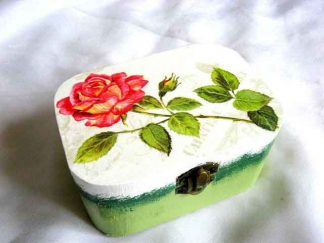 Trandafir rosu pe fundal gen carte postala, cutie lemn natural 27412