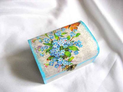 Cutie cu buchet de albastrale si fluture portocaliu, cutie lemn 26667 alt unchi