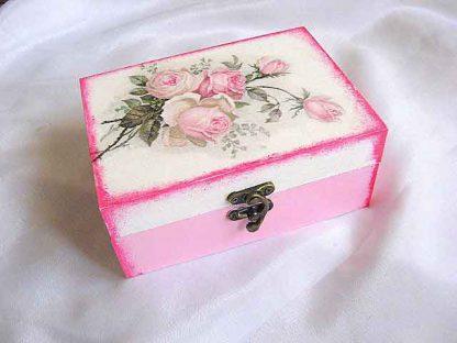 Cutie cu buchet de trandafiri roz pe fundal alb, cutie lemn 25713