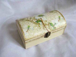 Cutie cu flori albe si alte elmente decorative, cutie lemn 23522