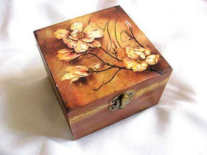 Cutie cu flori pe fundal tomnatic cu nuante de maro, cutie lemn patrata 26374