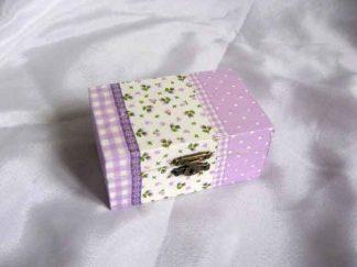 Cutie cu floricele mov si alte elemente decorative, cutie lemn 24405