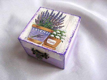 Cutie cu ghiveci de levantica si ghiveci de flori albe, cutie lemn 25706