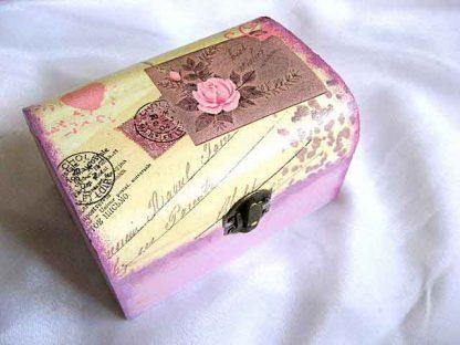 Cutie cu trandafir roz si frunze maro pe fundal gen carte postala, cutie lemn 25711