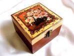 Cutie cu vaza cu buchet cu trandafiri roz, cutie de lemn patrata 26376