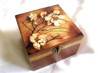 Cutie decorata cu flori de toamna pe fundal ruginiu, cutie lemn bijuterii 26372
