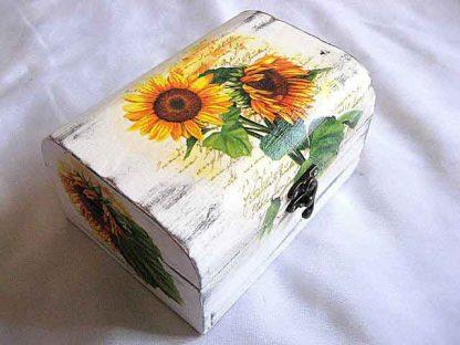 Cutie floarea soarelui pe fundal de epoca alb, cutie lemn gen cufar 25620